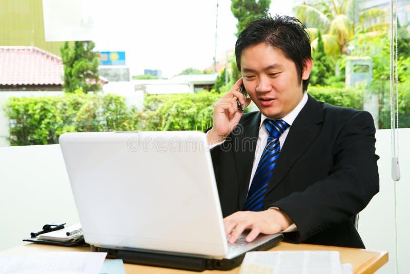 Comunicando al telefono fotografia stock libera da diritti