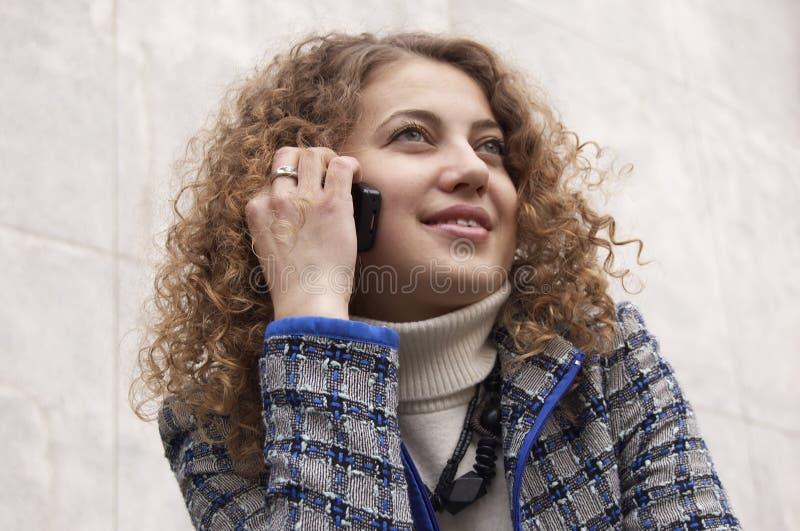 Comunicando dal telefono mobile fotografie stock