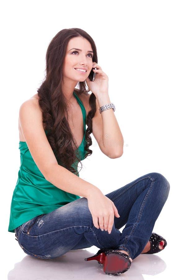 Comunicando sul telefono fotografie stock