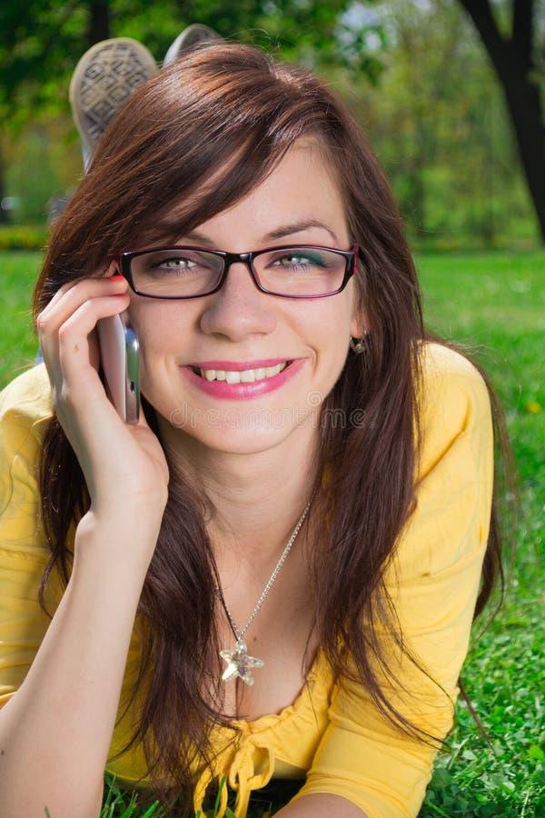 Download Comunicando sul telefono immagine stock. Immagine di conversazione - 56886949