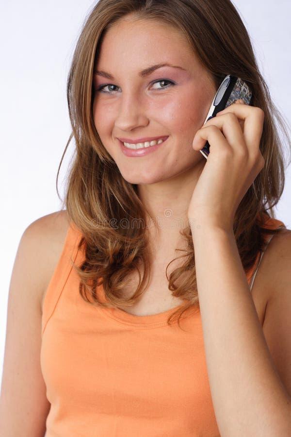 Comunicando sul telefono delle cellule fotografia stock libera da diritti