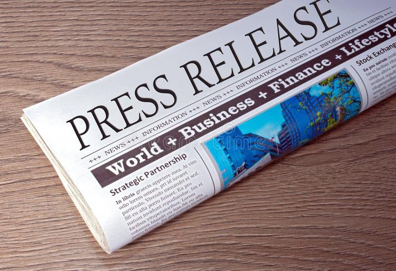 Comunicato stampa - giornale sullo scrittorio nell'ufficio fotografia stock