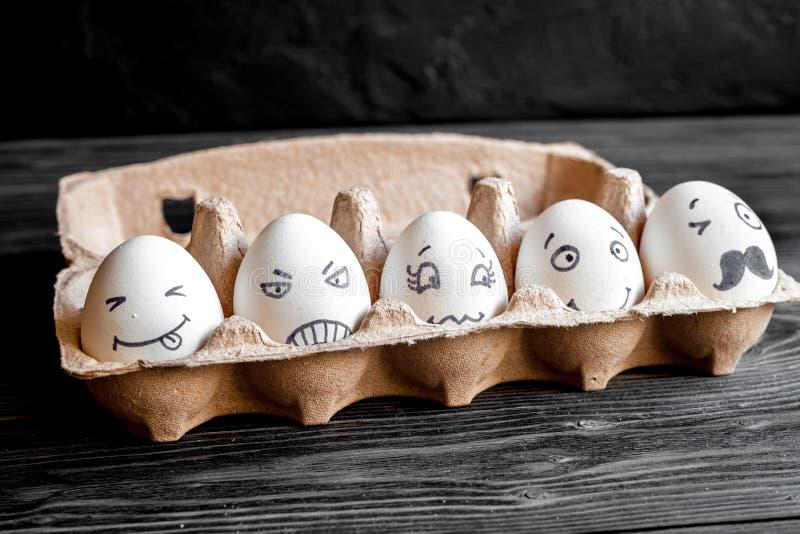 Comunicazione delle reti sociali di concetto ed emozioni - uova fotografie stock