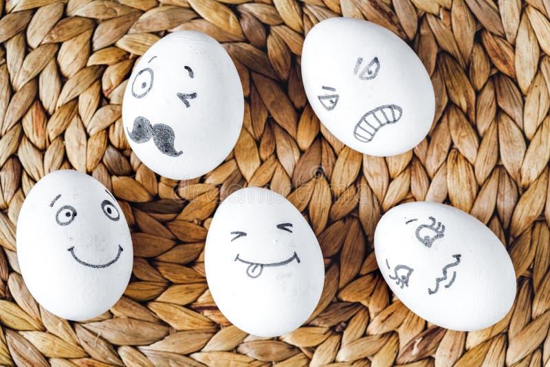 Comunicazione delle reti sociali di concetto ed emozioni - uova fotografie stock libere da diritti