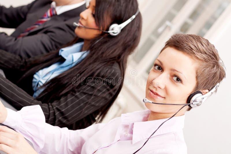 Comunicazione di servizio di Callcenter in ufficio immagini stock libere da diritti