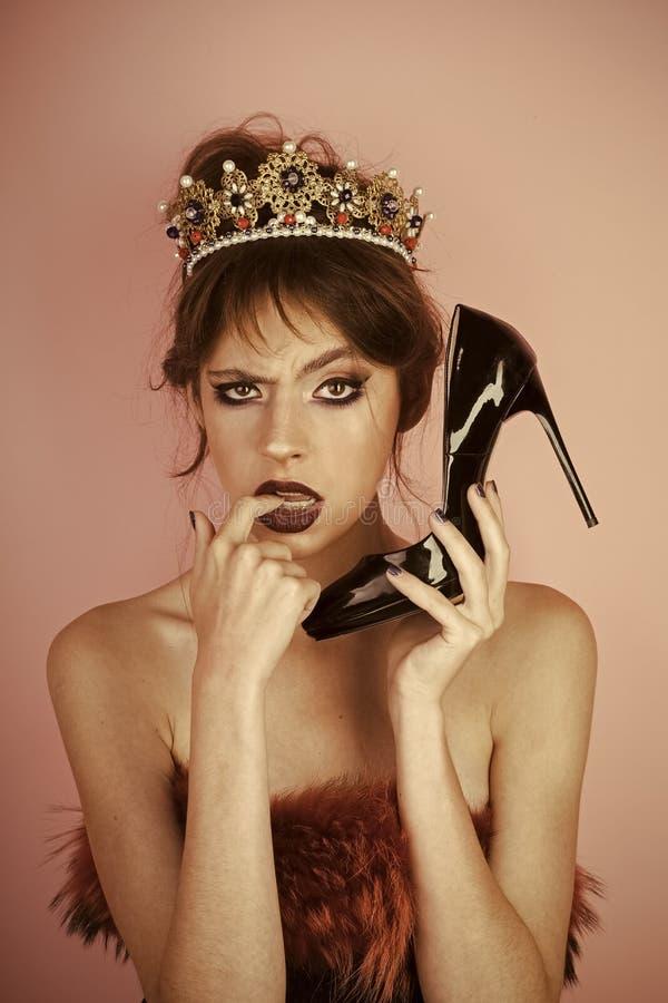Comunicazione e feticcio, parrucchiere Lusso della donna in gioielli e scarpa della corona come telefono Trucco per la donna con  fotografia stock