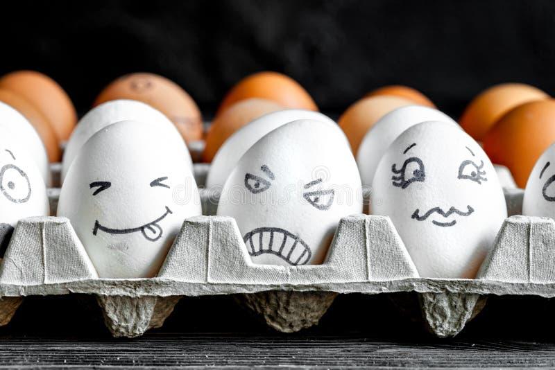 Comunicazione ed emozioni delle reti sociali di concetto - le uova sorridono fotografia stock