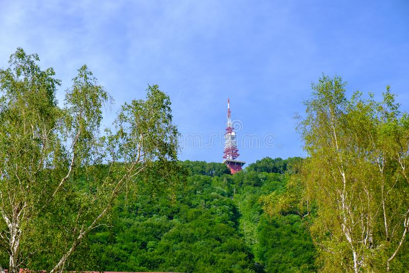 Comunicazioni e torre di radiodiffusione sopra la montagna fotografia stock libera da diritti