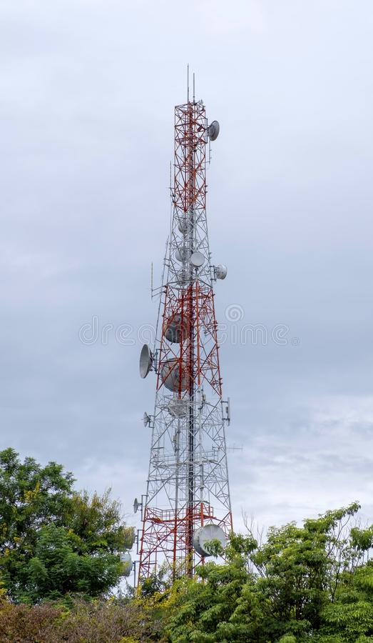 Comunicazioni, telecomunicazione, torre cellulare con le antenne o cellsite del telefono della rete di 3G 4G immagine stock libera da diritti