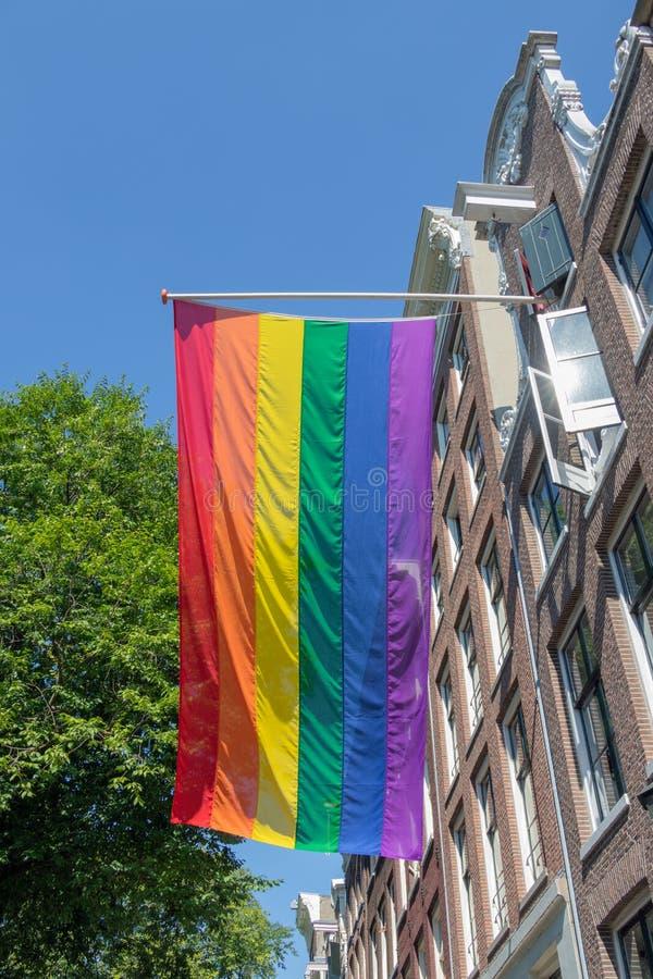 Comunidad de la bandera LGBT del arco iris en el edificio en Amsterdam, los Países Bajos fotografía de archivo libre de regalías