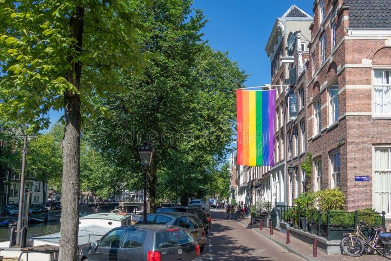 Comunidad de la bandera LGBT del arco iris en el edificio en Amsterdam, los Países Bajos foto de archivo