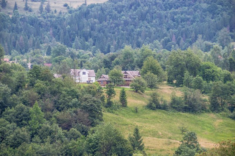 Comunidad rural ucraniana en las montañas foto de archivo