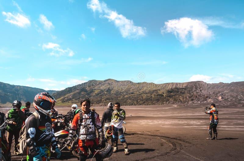 A comunidade da bicicleta do motor do grupo em Mountain bike começa foto de stock