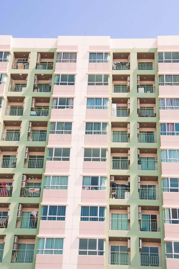 A comunidade do apartamento de residentes urbanos com espaço limitado imagem de stock royalty free