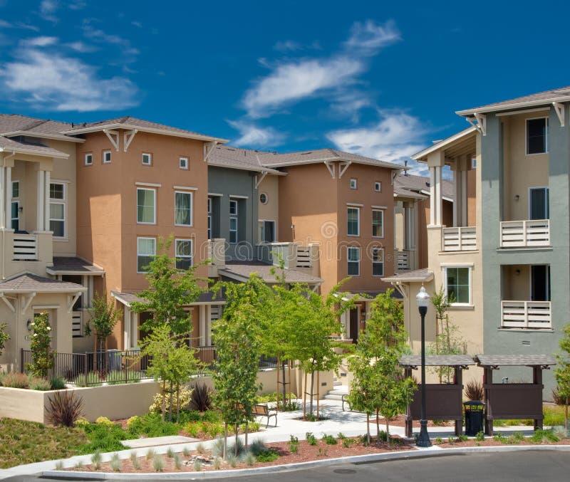 A comunidade residencial do condomínio da Multi-família fotografia de stock royalty free