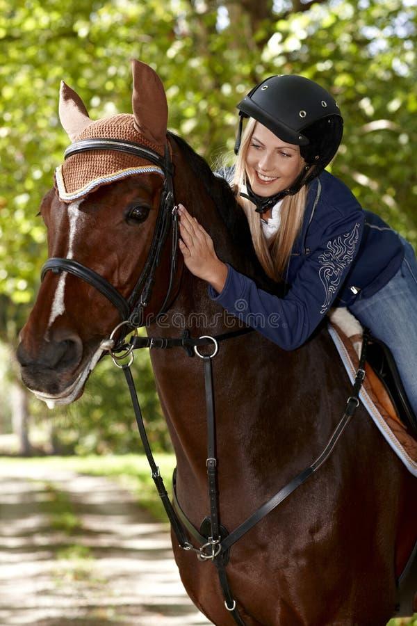 Comunione fra il cavaliere ed il cavallo fotografia stock libera da diritti