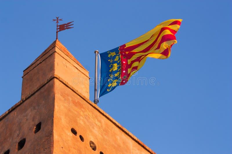 Comunitat Valenciana的旗子在一个历史建筑上面的 库存图片