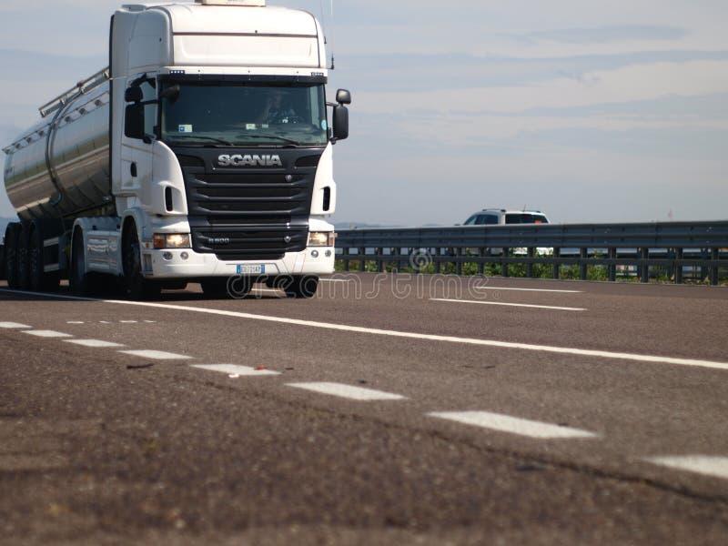 Con el camión de Scania en la carretera imagen de archivo