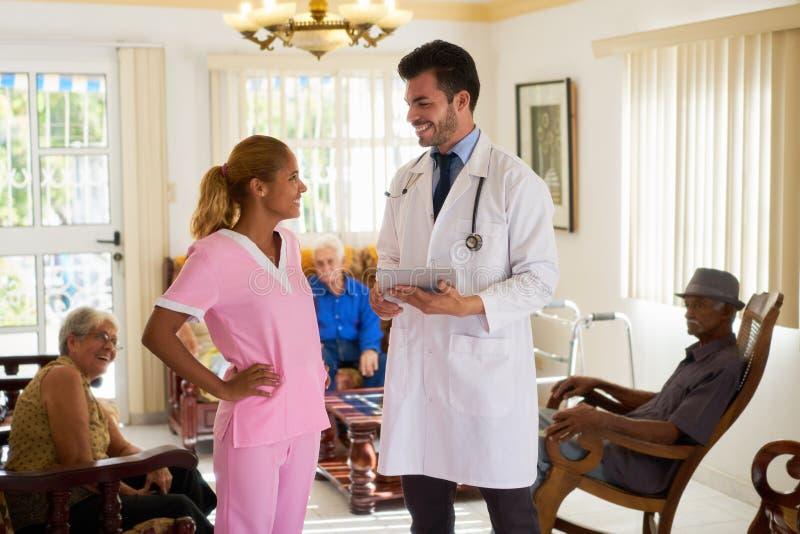 Con el doctor And Nurse Talking que trabaja en hospicio fotografía de archivo