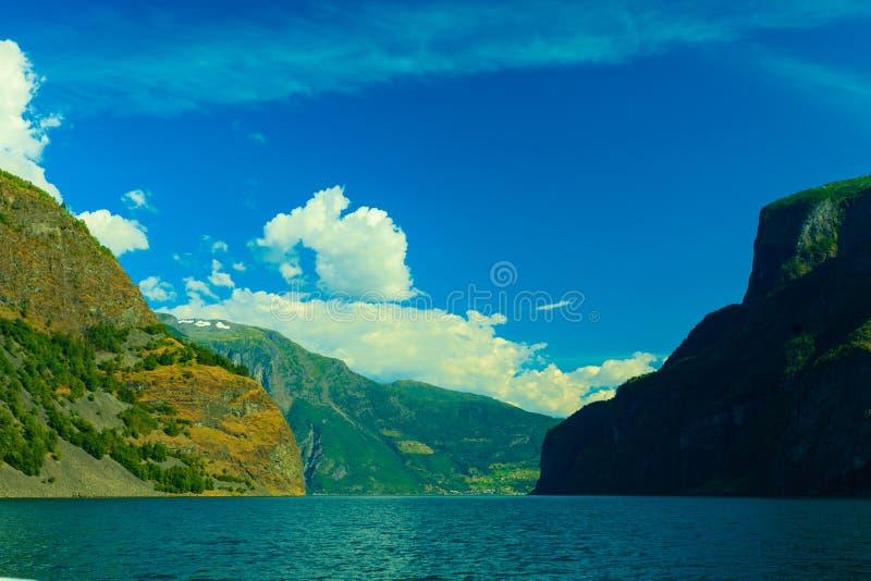 Download Con El Foco En Los Prismáticos Barco De Cruceros En El Fiordo En Noruega Imagen de archivo - Imagen de balsee, montaña: 44856765