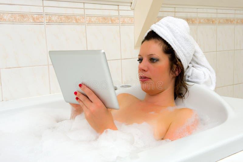 Con el iPad en baño imágenes de archivo libres de regalías