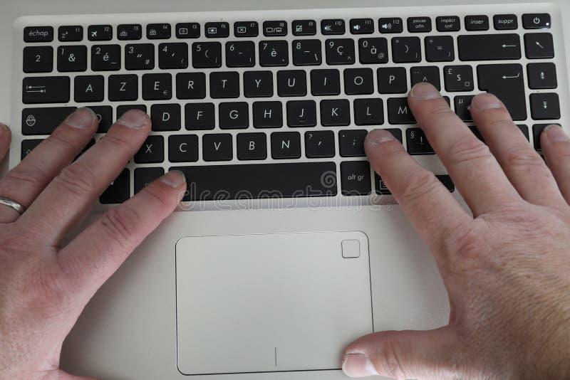 A con el ordenador portátil en un entarimado imagen de archivo libre de regalías