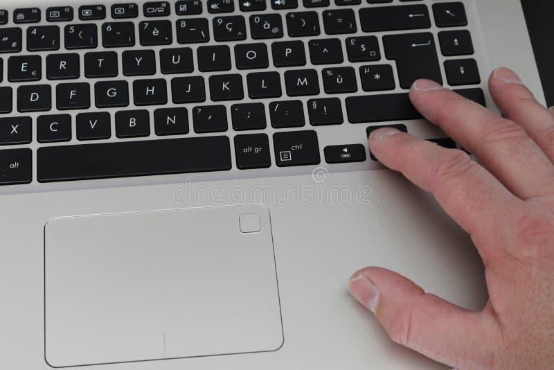 A con el ordenador portátil en un entarimado foto de archivo libre de regalías