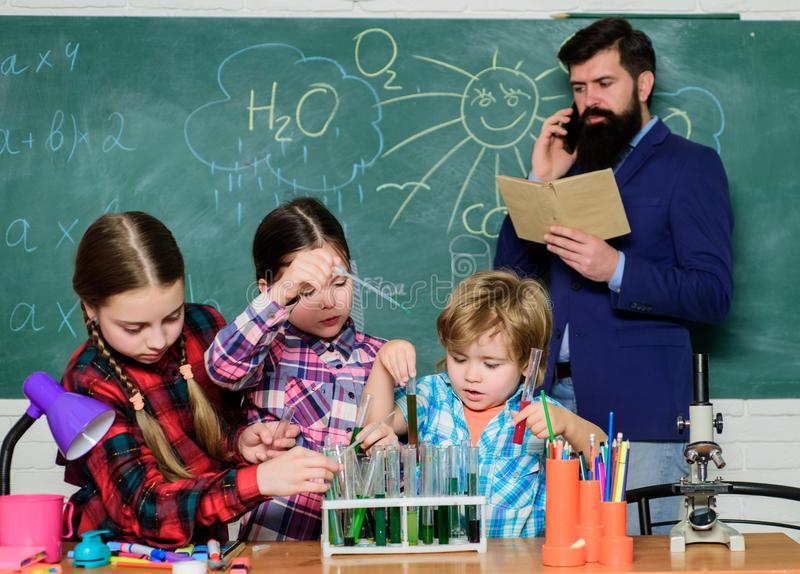 Con esperienza viene la conoscenza educazione scolastica Classi di chimica Interazione e comunicazione del gruppo promuova fotografia stock