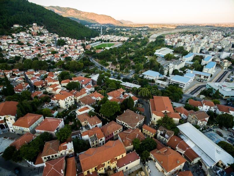 Con il volo del fuco sopra la vecchia città di Xanthi in Grecia del Nord fotografie stock