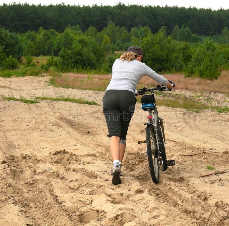 Con la bici en el terreno resistente imágenes de archivo libres de regalías