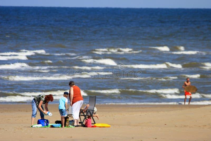 Con la familia entera a la playa fotos de archivo libres de regalías