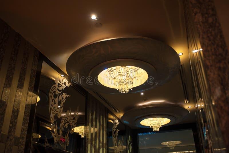Con la lámpara cristalina, lámpara cristalina hermosa en un cuarto fotos de archivo libres de regalías