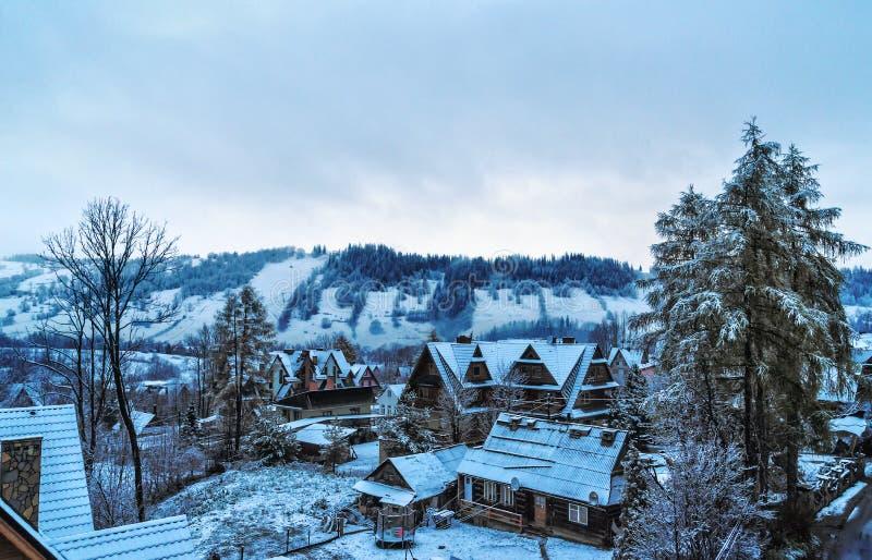 Con las vistas de los chalets de Tatras por mañana del invierno de Zakopane imagen de archivo libre de regalías