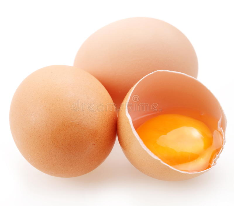 Con le uova marroni su una priorità bassa bianca. fotografie stock libere da diritti