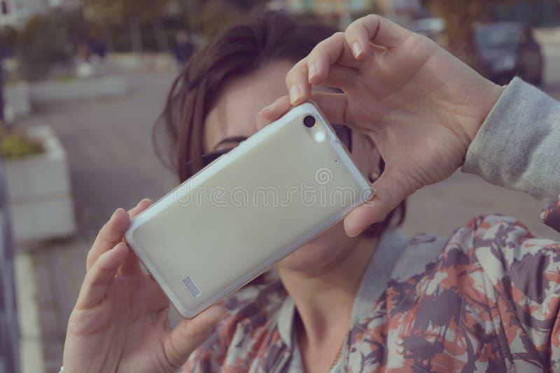Con lo smatphone immagine stock