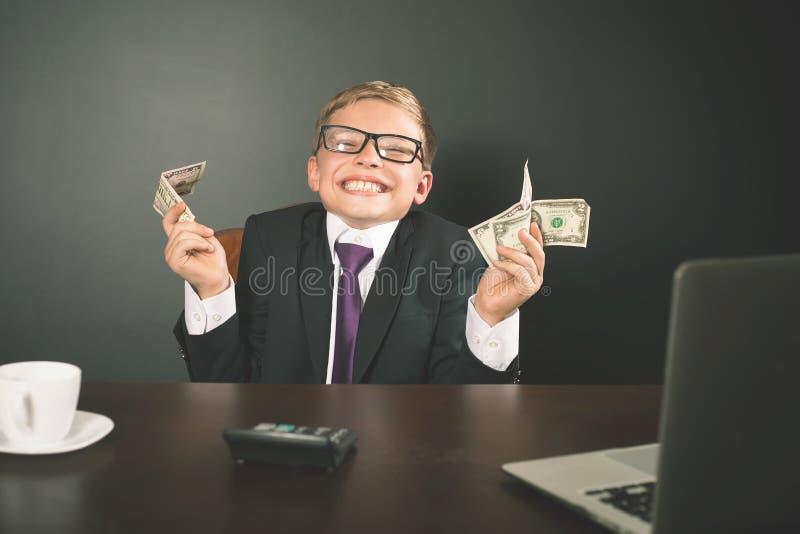 Con successo soldi dei guadagni del ragazzo con il cryptocurrency del bitcoin immagini stock