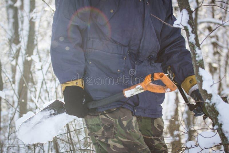 Con una pala del sapper nella foresta di inverno un il giorno luminoso immagini stock