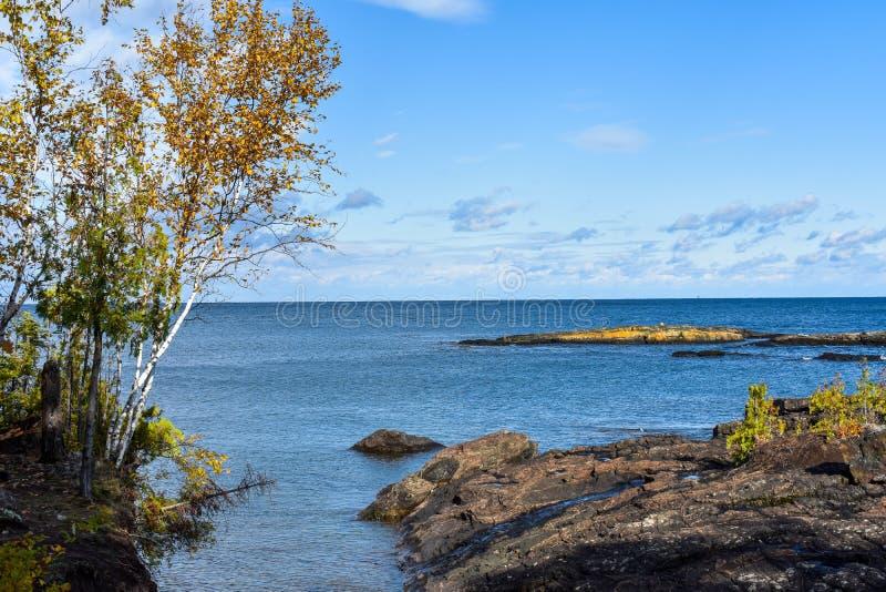 Con vistas al lago Superior desde la Isla Rescue, Marquette Michigan de las rocas volcánicas foto de archivo libre de regalías