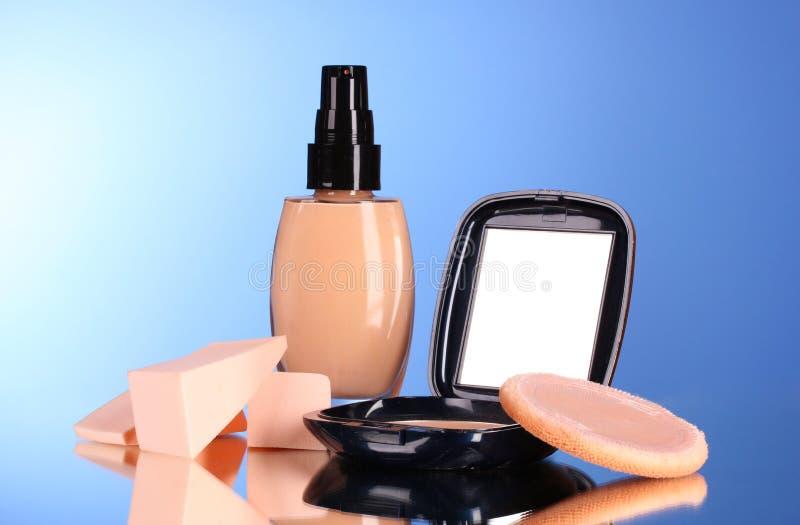 Concealer, Gesichtspuder und Schwämme stockbilder