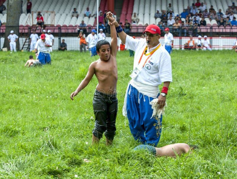 Conceden un luchador joven la victoria en el festival de lucha del aceite turco de Kirkpinar en Edirne en Turquía foto de archivo libre de regalías