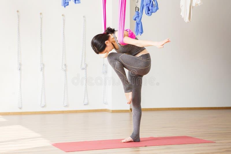 Conceito aéreo da ioga da anti gravidade Exercícios da mulher fotos de stock