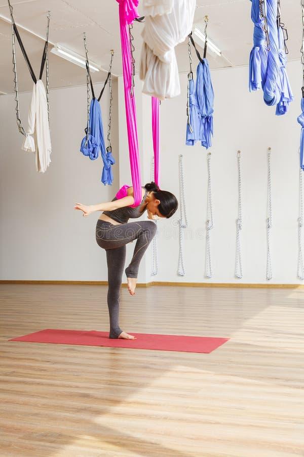 Conceito aéreo da ioga da anti gravidade Exercícios da mulher fotografia de stock royalty free