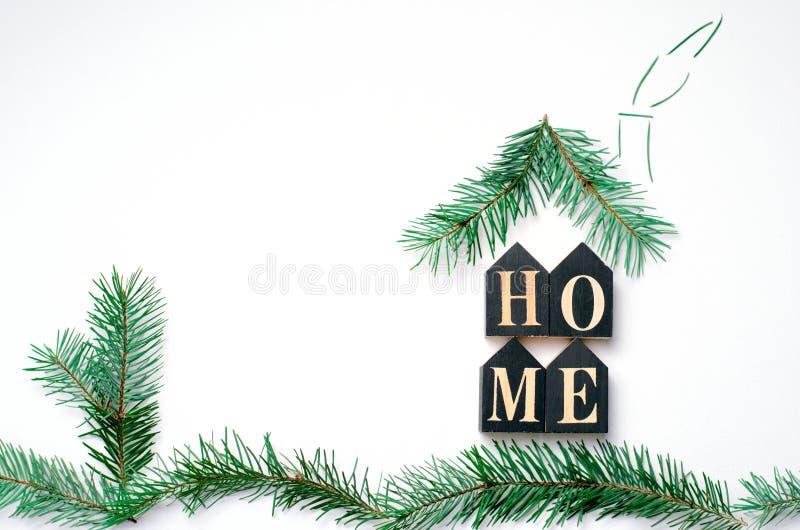 Conceito acolhedor da casa, letras e ramos do abeto que formam a forma da casa, vista superior imagem de stock