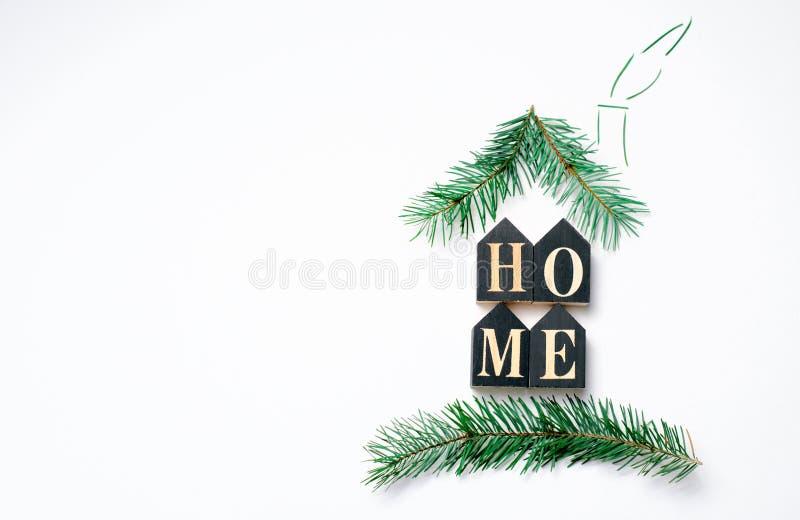 Conceito acolhedor da casa, letras e ramos do abeto que formam a forma da casa, vista superior fotografia de stock royalty free