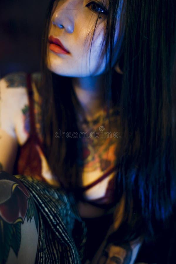 Conceito adolescente 'sexy' sedutor da juventude de Vogue da menina da tatuagem imagem de stock