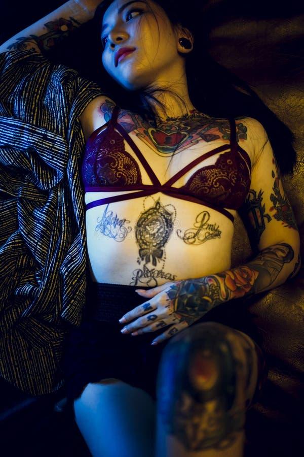 Conceito adolescente 'sexy' sedutor da juventude de Vogue da menina da tatuagem foto de stock