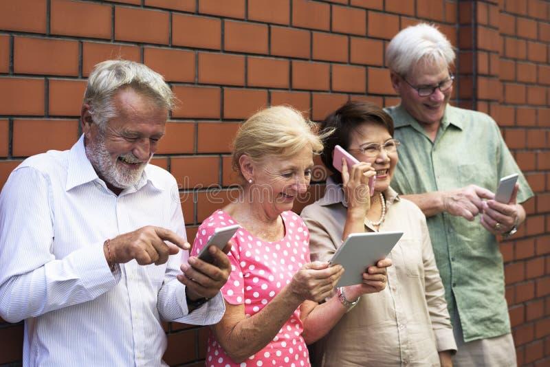 Conceito adulto superior da tecnologia do telefone celular da tabuleta do uso imagem de stock