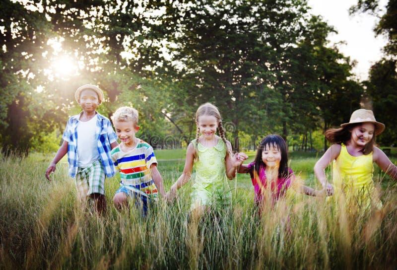 Conceito alegre da amizade da infância das crianças da diversidade fotografia de stock