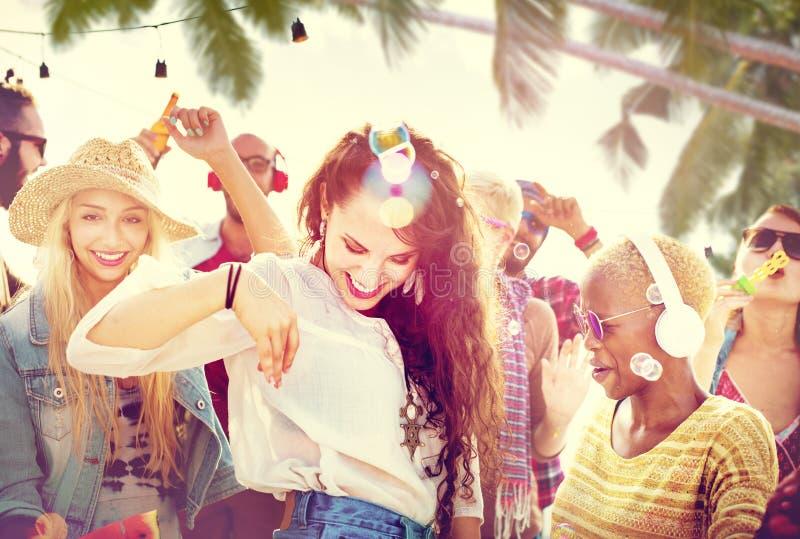 Conceito alegre da felicidade da praia da ligação da dança da amizade foto de stock