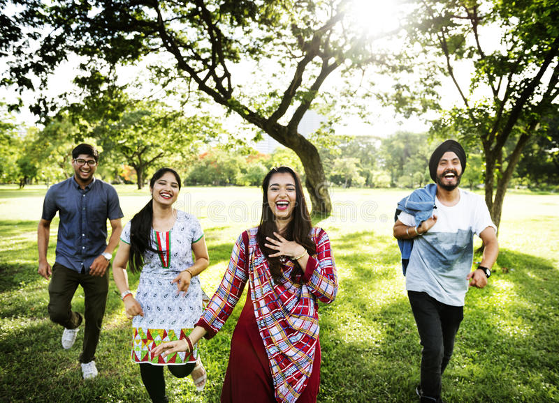 Conceito alegre do parque dos amigos indianos imagens de stock royalty free